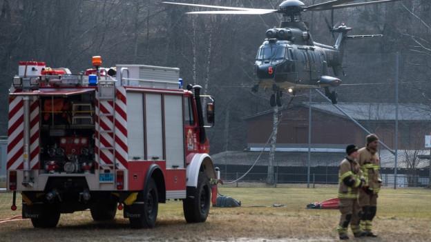 Armee, Feuerwehren und Zivilschützer bekämpfen die Waldbrände im Misox.