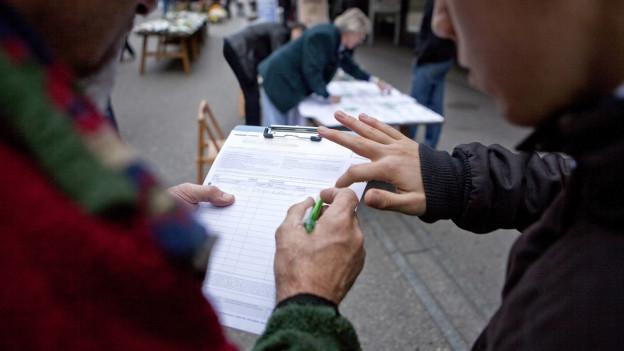 Unterschriften sammeln ist in der Ferienzeit schwierig.