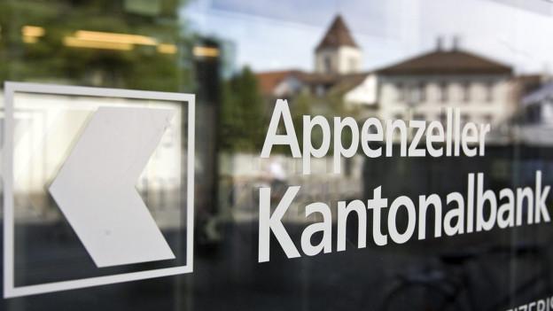 Fensterfron mit Logo der Appenzeller Kantonalbank.