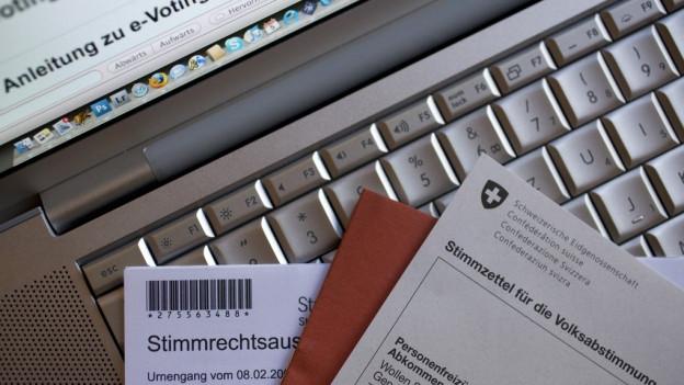 Abstimmungsunterlagen vor PC.