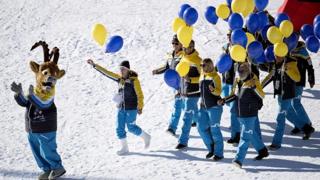 WM-Maskottchen und Menschen mit Ballonen.