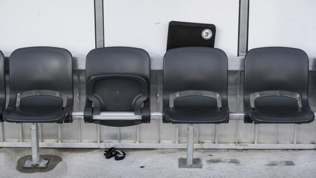 Leere Stühle im Stadion.