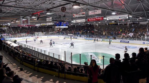 Der EHC Chur soll wenn es nach dem Stadtrat geht bald in einer neuen Eishalle spielen.