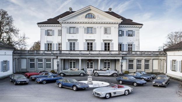 Aussenansicht Schloss Salenstein mit Autos vor Eingang.
