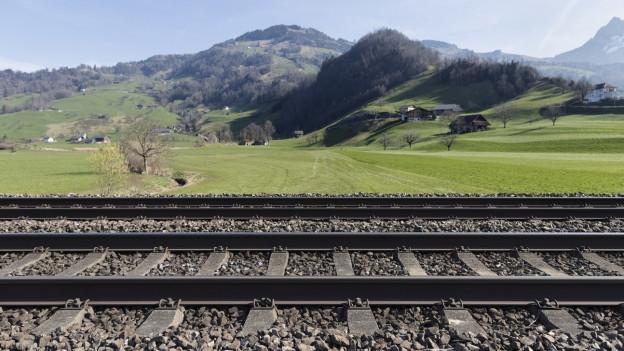 Gleise vor Alpenlandschaft