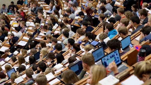 Studenten im Hörsaal einer Uni.