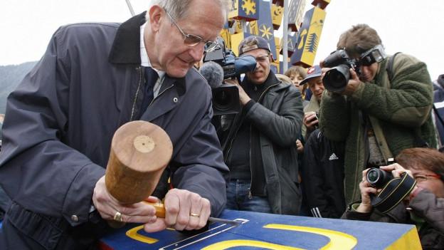 Bundesrat Joseph Deiss setzt den letzten Würfel in die Parc Ela Skulptur bei der Eröffnung des Parc Ela in Tiefencastel im 2006.