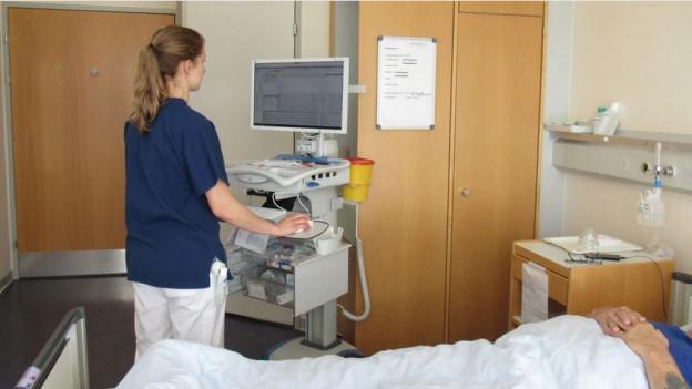 Das Pflegefachpersonal kann nun alles direkt beim Patienten erfassen.