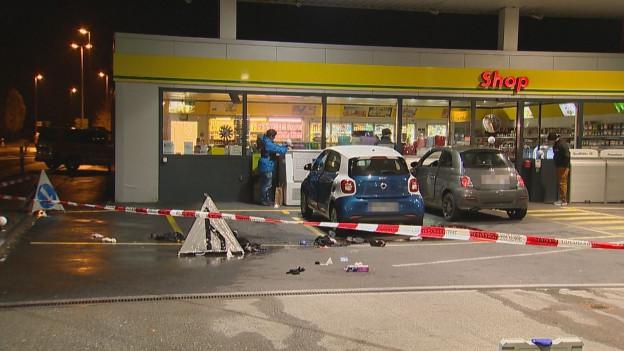 Ein 17-Jähriger hat auf dem Postplatz und in einem Tankstellenshop in Flums (SG) offenbar Passanten angegriffen.
