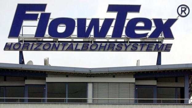 Ein Firmenschild auf dem Dach des FlowTex-Gebäudes in Ettlingen bei Karlsruhe, fotografiert 2000.