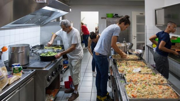 Junge Miganten bei der Arbeit in einer Grossküche (Symbolbild)