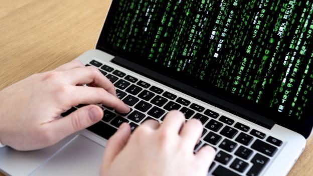 Hacker versuchen in der Schweiz vor allem per E-Mail mit Links oder Anhängen Geld zu stehlen.