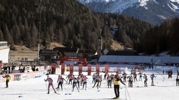 Langläuferinnen und Langläufer absolvieren Einde 2016 ein Training in Tschierv im Val Muestair