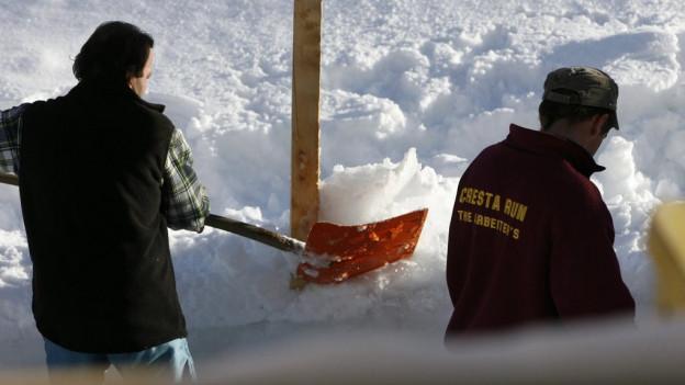 Arbeiter des Cresta Run bearbeiten nach dem schweren Unfall am 25.1.2008 die Fundamente der Holzpfosten