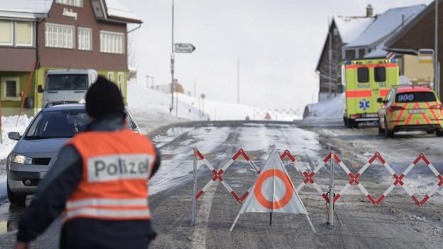 Polizei an Strassensperre