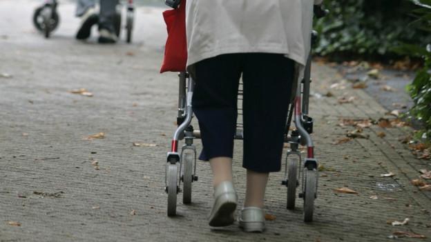 Stadt St. Gallen schleift Gassen-Pflästerung, dass der Rollator besser rollt