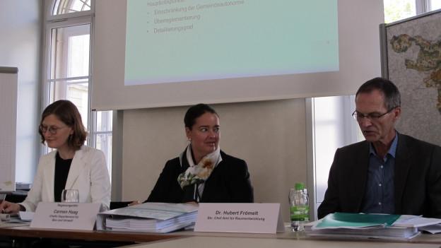 Carmen Haag stellt revidierte Raumplanung vor.