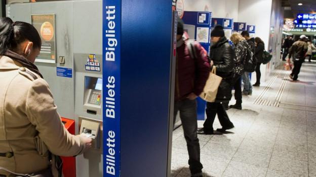 Am Automat oder übers Internet: Viele Bahnbillette werden nicht mehr am Schalter gekauft.