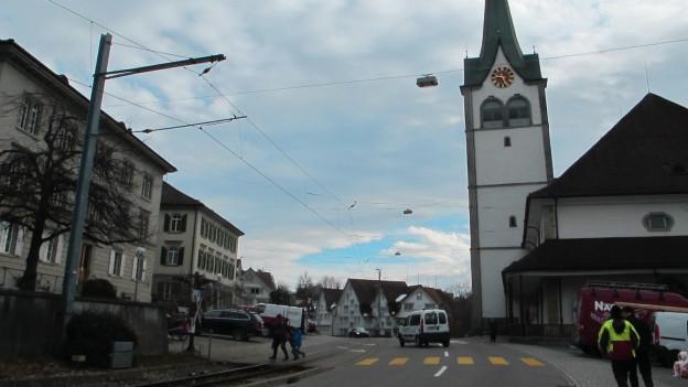 Das Dorfzentrum von Teufen wird in der Mitte durch eine Strasse getrennt.
