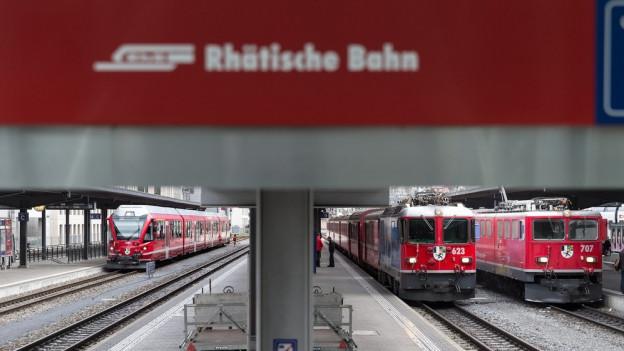 Beim Stopp an den RhB Bahnhöfen in Davos, Arosa oder auf der Alp Grüm soll die Kundschaft gratis surfen in Zukunft.