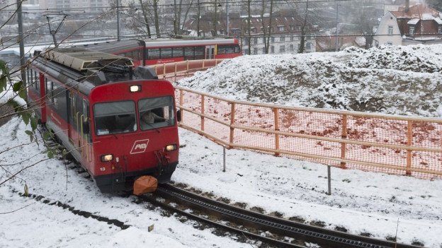 Appenzeller Bahn fährt enge Kurve hinauf.
