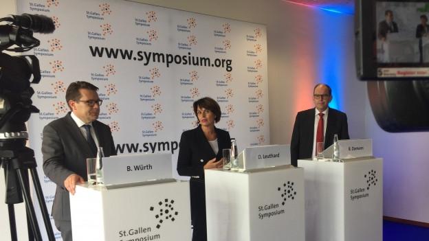 Doris Leuthard, Bruno Damann und Benedikt Würth stehen am Rednerpult