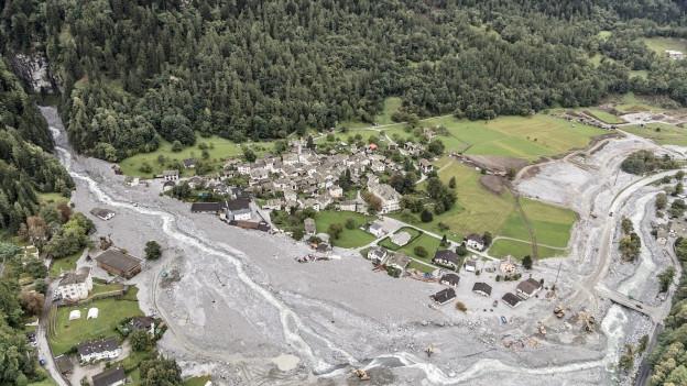 Häuser im Dorf Bondo wurden von den Ausläufern des gewaltigen Abbruchs getroffen. Acht Bergwanderer kamen ums Leben.