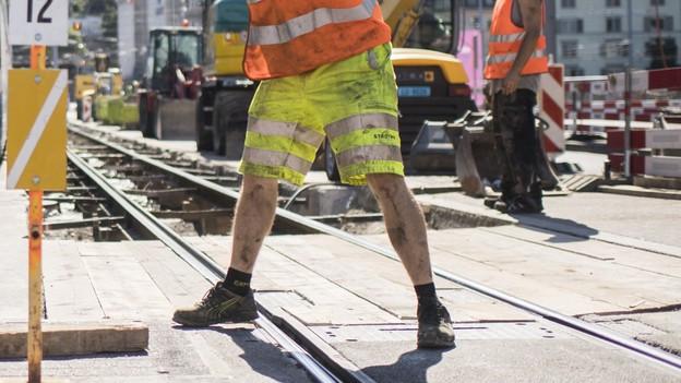 Kurze und lange Hosen auf Strassenbaustellen.