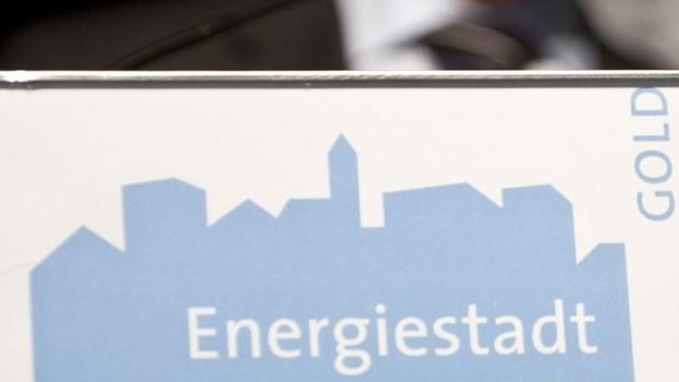 Rednerpult mit Label der Energiestadt St. Gallen