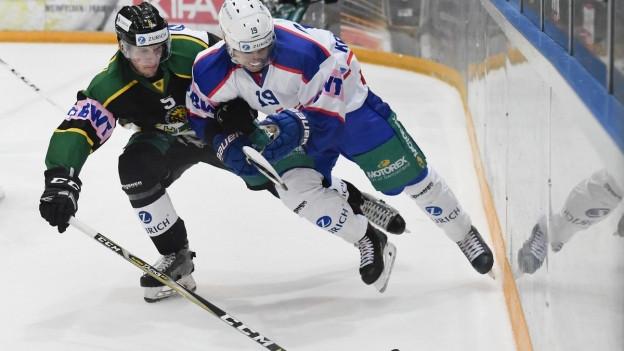 Eishockeyspieler im Zweikampf