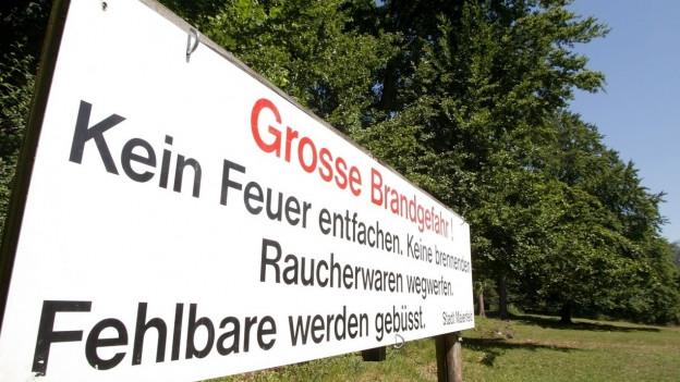 Grosse Feuerverbotstafel im Grünen.