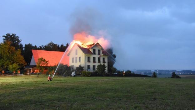 Feuerwehr löscht ein Haus in Mörschwil