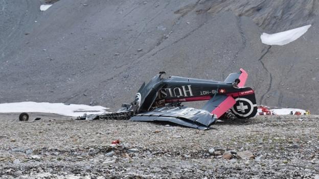 Trümmer des Flugzeuges am Boden.