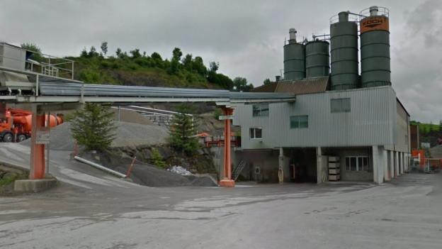 Werkgebäude, Kiesförderband, Silos auf dem Dach