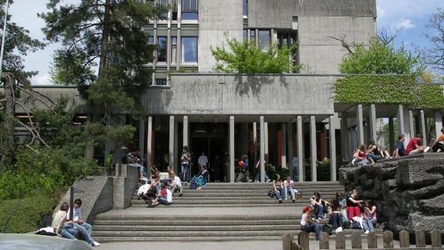 Schüler sitzen auf der Treppe vor der Kantonsschule Wattwil.