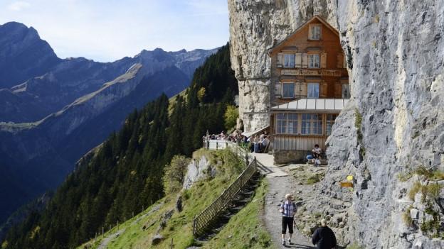 "Das Berggasthaus ""klebt"" am Felsen."