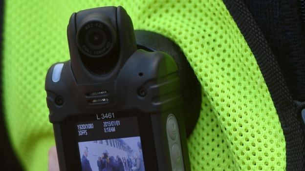 Kamera an Weste eines Polizisten