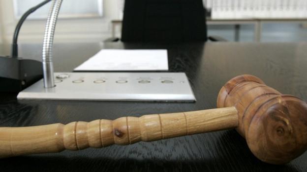 Hammer im Gerichtssaal.