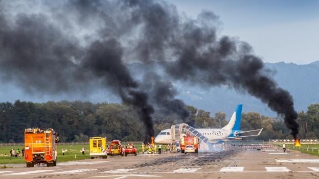 Flugzeug auf Landebahn, viel Rauch