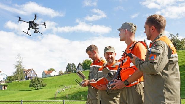 Zivilschützer lernen das Bedienen von Drohnen