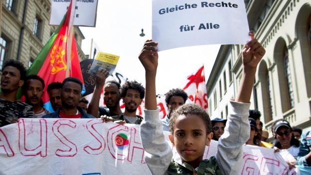 Personen verschiedener Organisationen demonstrieren für Sans-Papiers und gegen Ausgrenzung im Juni 2018.