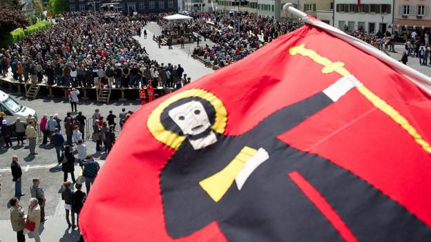 Glarner Fahne vor vollem Landsgemeindeplatz.