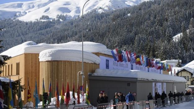 Tief verschneites Kongresszentrum in Davos