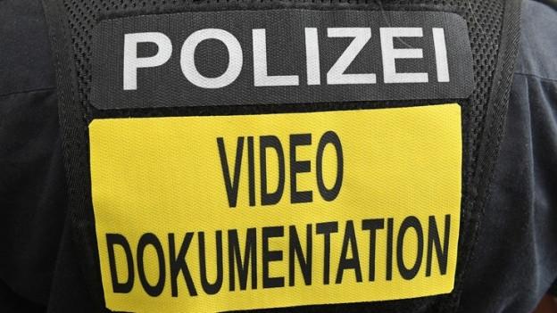 Uniform mit Aufschrift Videodokumentation
