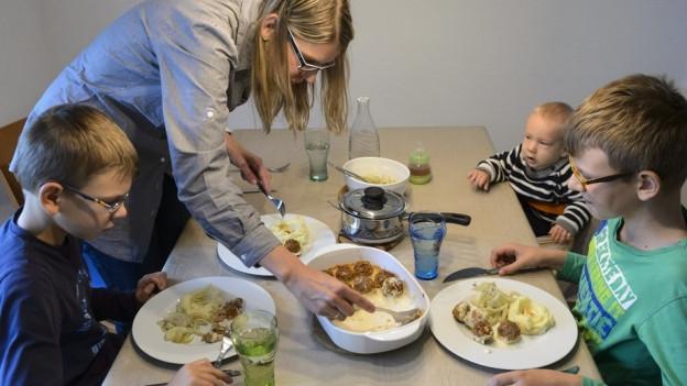 Der Wirtschaft fehlt es an Fachkräften. Viele Mütter sind gut qualifiziert und könnten Lücken schlessen. Der Kinder wegen aber bleiben sie daheim und verzichten darauf. Im Kanton St. Gallen sollen darum Massnahmen beschlossen werden, welche die Vereinbarkeit von Familie und Beruf verbessern.