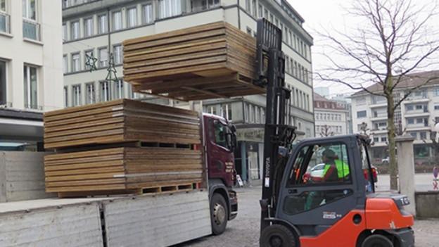 Gabelstapler lädt Holz auf Lastwagen