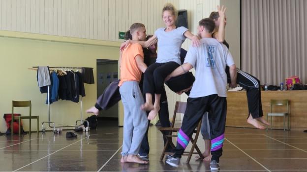 Tänzerinnen und Tänzer üben Pose.