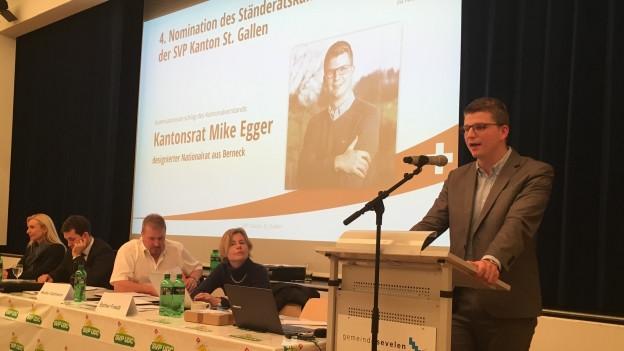 Mike Egger steht am Rednerpult