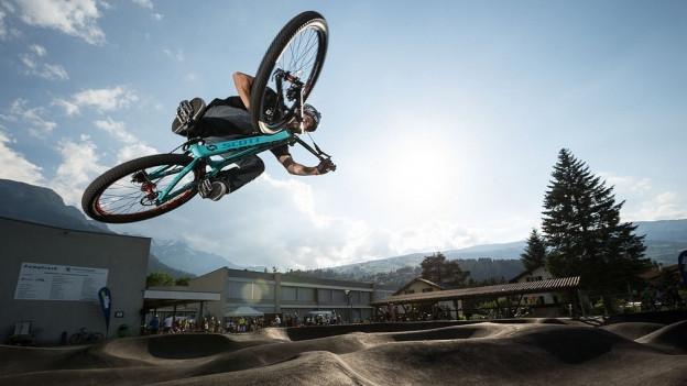 Ein Fahrradfahrer fliegt durch die Luft.