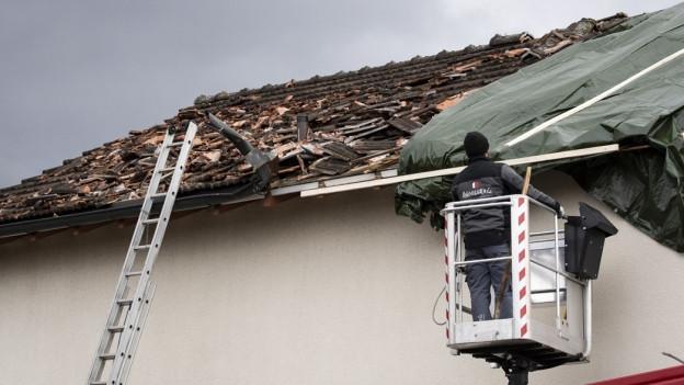 Dach von Haus beschädigt